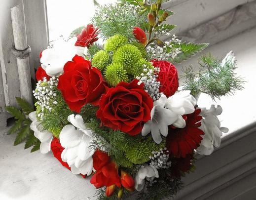 Pohľadnica cerveno biela zimna kyticka  -