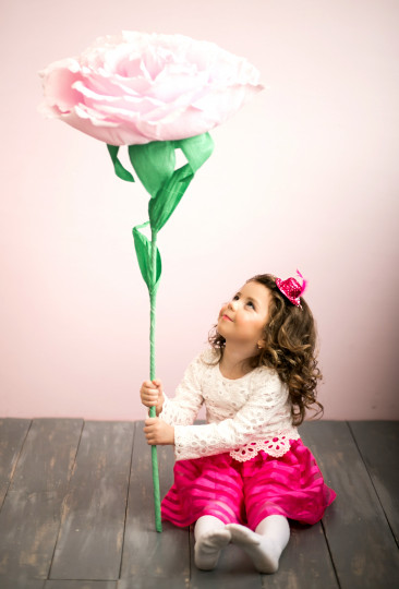 Pohľadnica dievcatko kvetinka  - k meninám, príležitosti